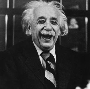 Albert Einstein partiéndose de risa - Blog Raymond Gali